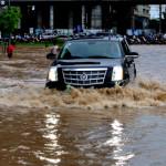 Tuyệt chiêu học lái xe ô tô qua đường ngập lụt dành cho tài mới